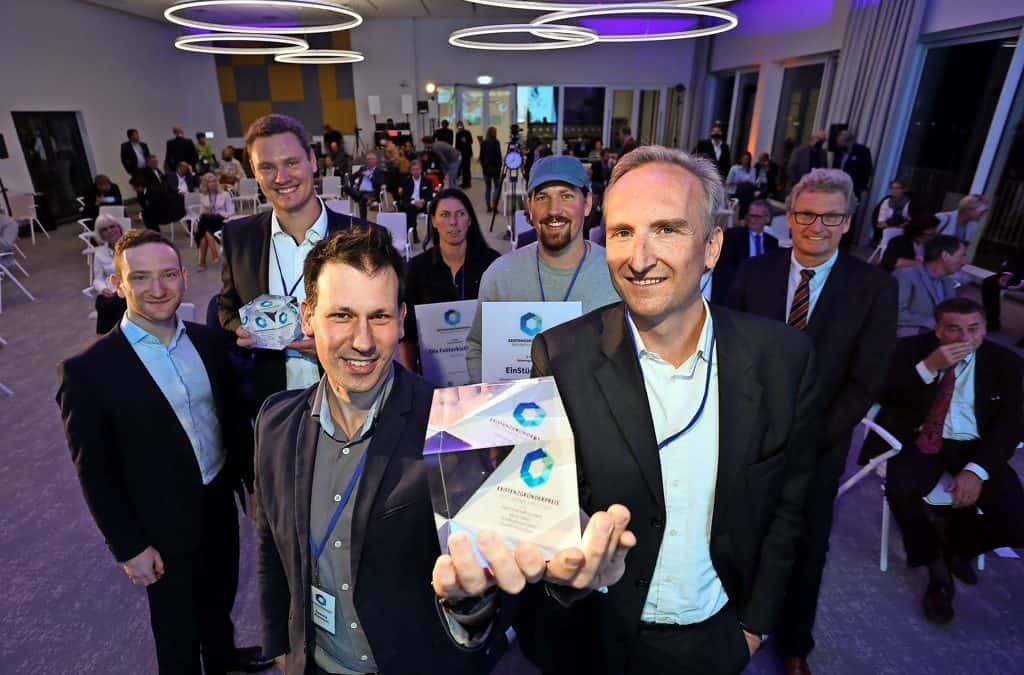 Bareways won the Existenzgründerpreis der Lübecker Wirtschaft. Moritz von Grotthuss and Sascha Klement at the event, holding the prize.