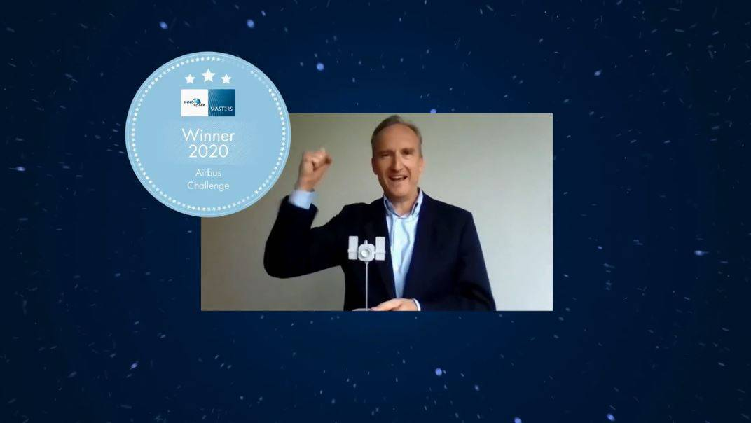 You see a screenshot of the INNOspace Masters award show. Moritz holds the prize in the form of a satellite and is very delighted.